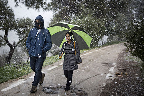A couple seen walking through Sacher Park in Jerusalem on a snowy day. January 09, 2015. Photo by Hadas Parush/Flash90 *** Local Caption *** שלג חורף גן סאקר ירושלים